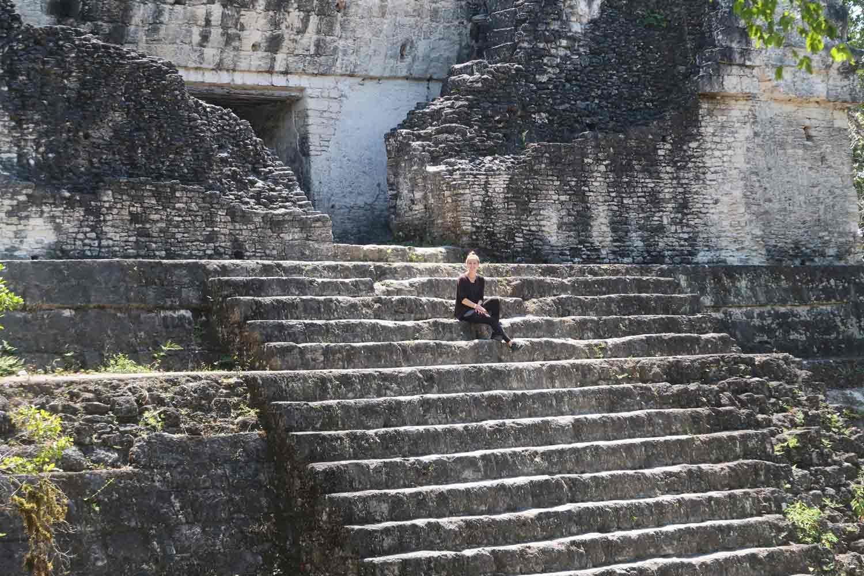 Tikal Guide - Die große Maya Stätte in Guatemala - Linda auf einem Tempel