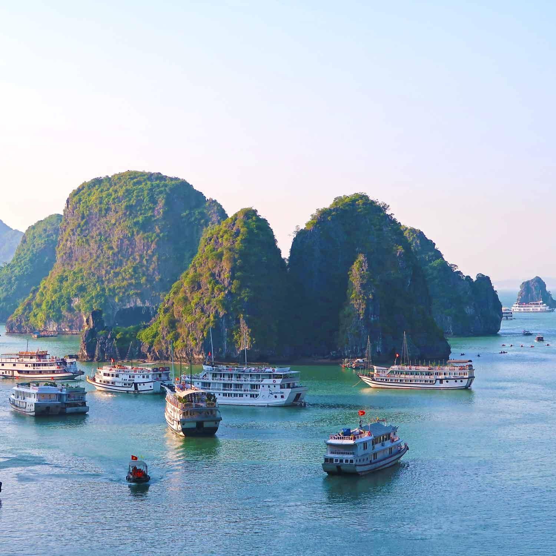 Vietnam Sehenswürdigkeiten - Die Top Spots für deine Reiseroute - Blick auf die Boote in der Halong Bucht