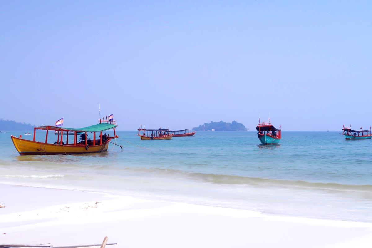 Mit dem Longtailboot gelangst du von Strand zu Strand