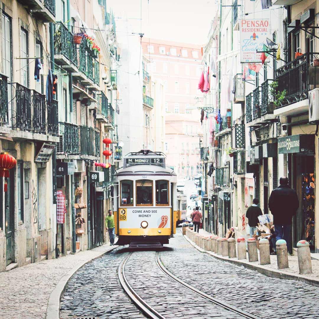 Fahre mit kultigen Tram 28 in Lissabon