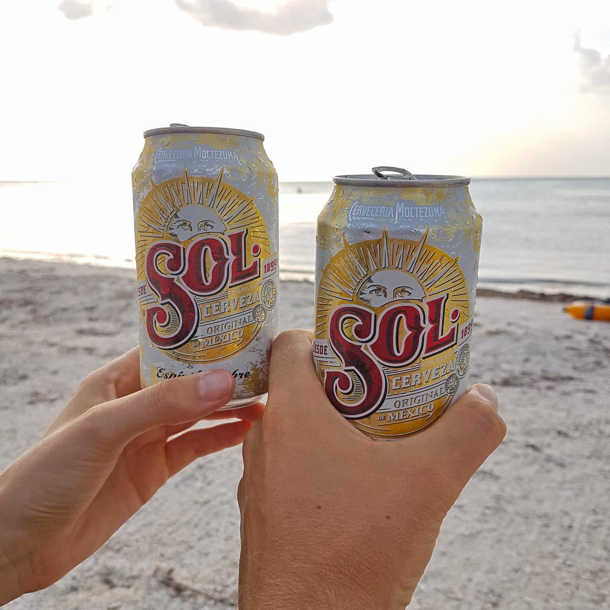 Genieße ein kühles Bier am Strand auf Holbox