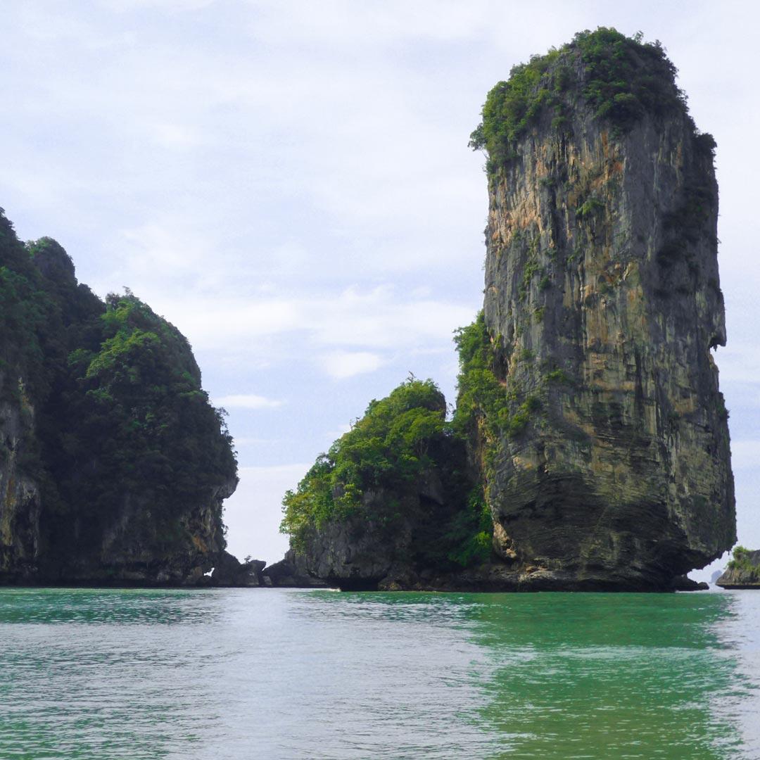 Zwischen den thailändischen Inseln befinden sich immer wieder geniale Felsformationen