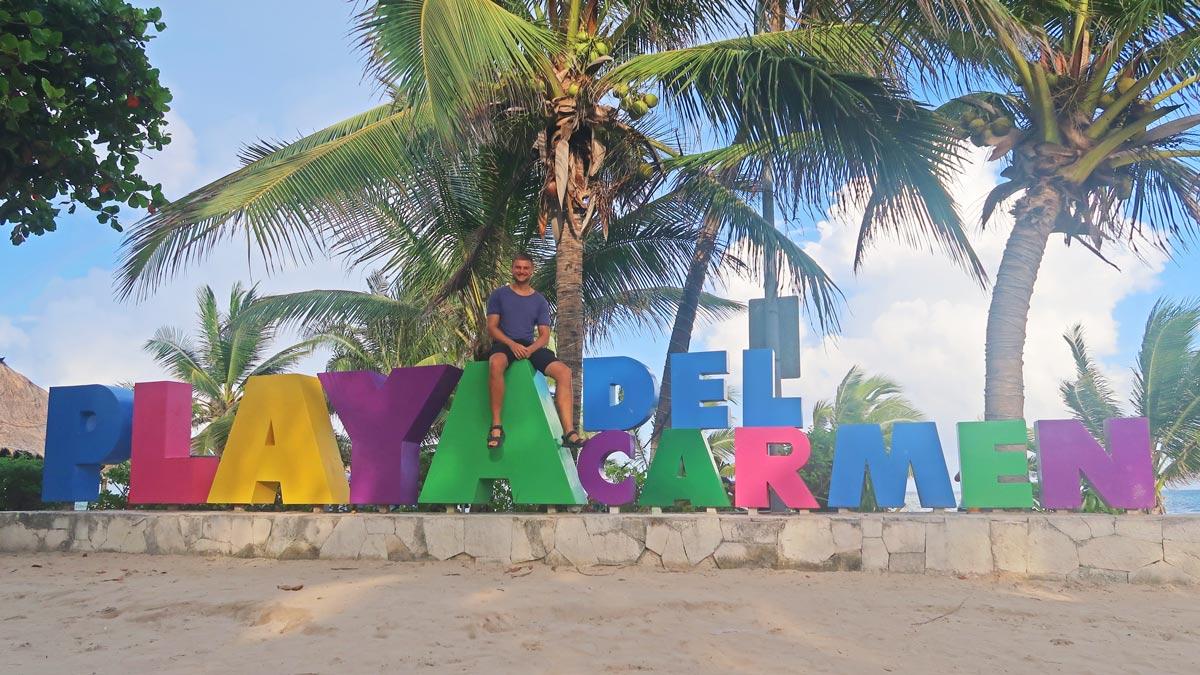 Portrait auf dem Playa del Carmen Schild