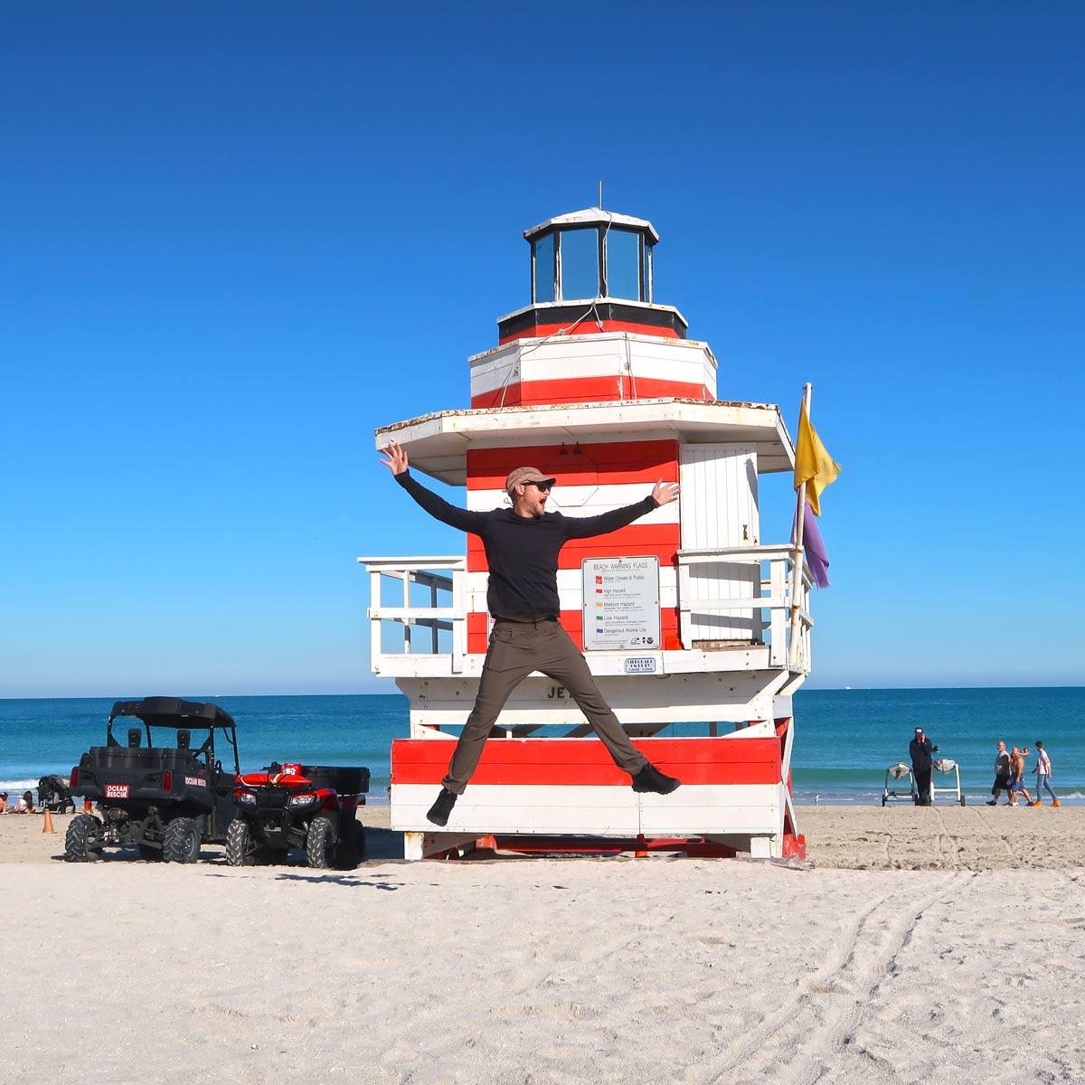 Sprung vor einer Strandhütte in Miami Beach