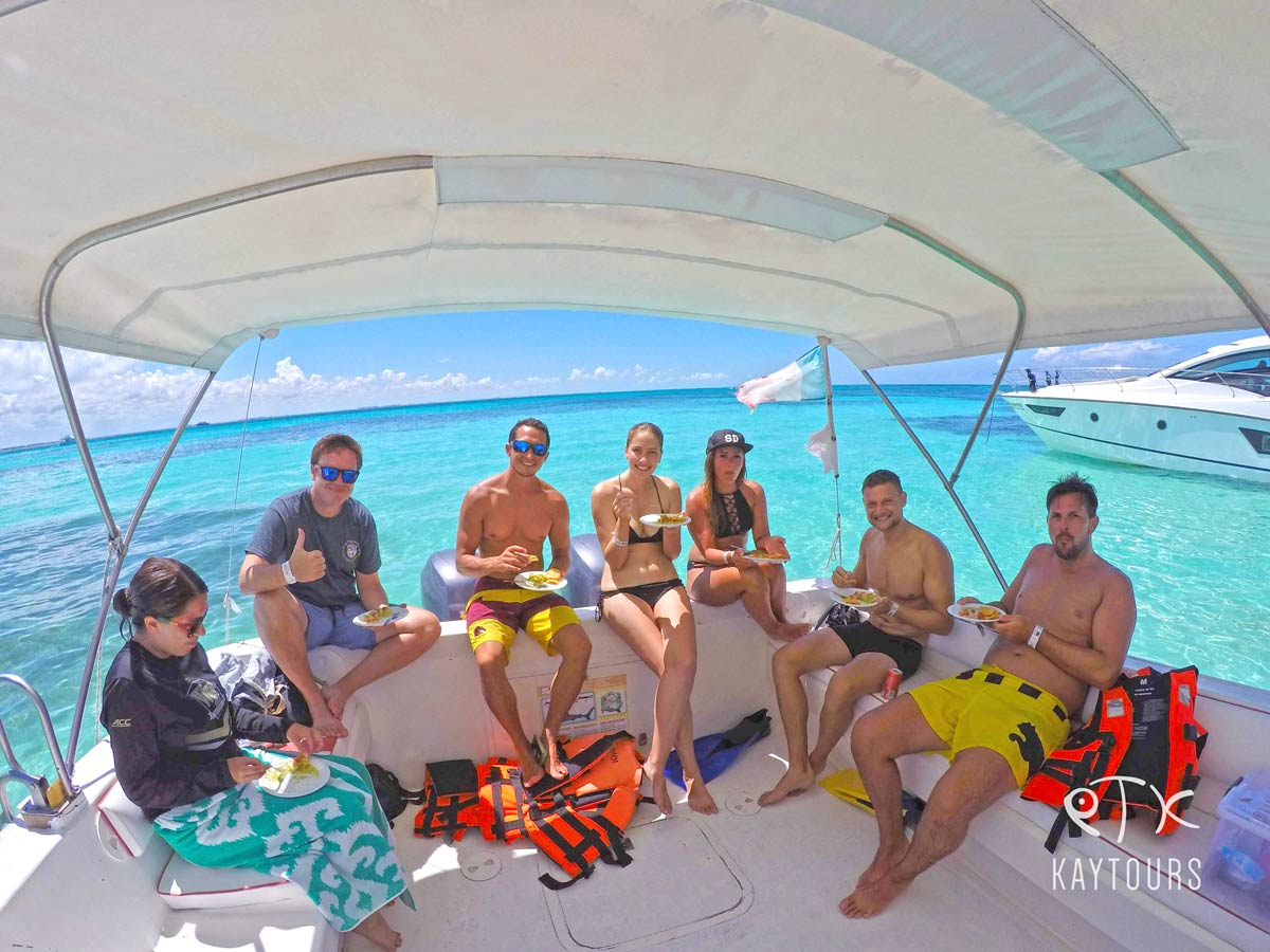 Leute beim Lunchstop auf einem Boot