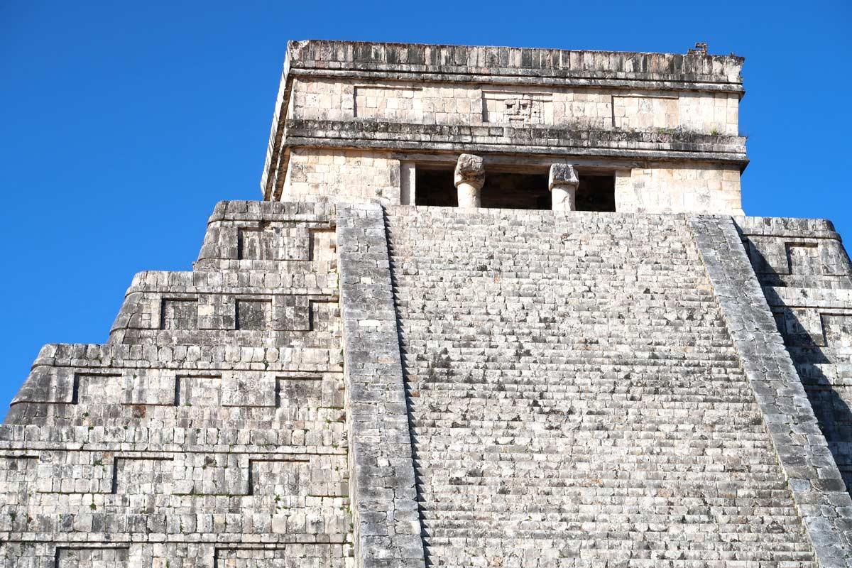 Closeup der Pyramide von Kukulkán in Chichén Itzá