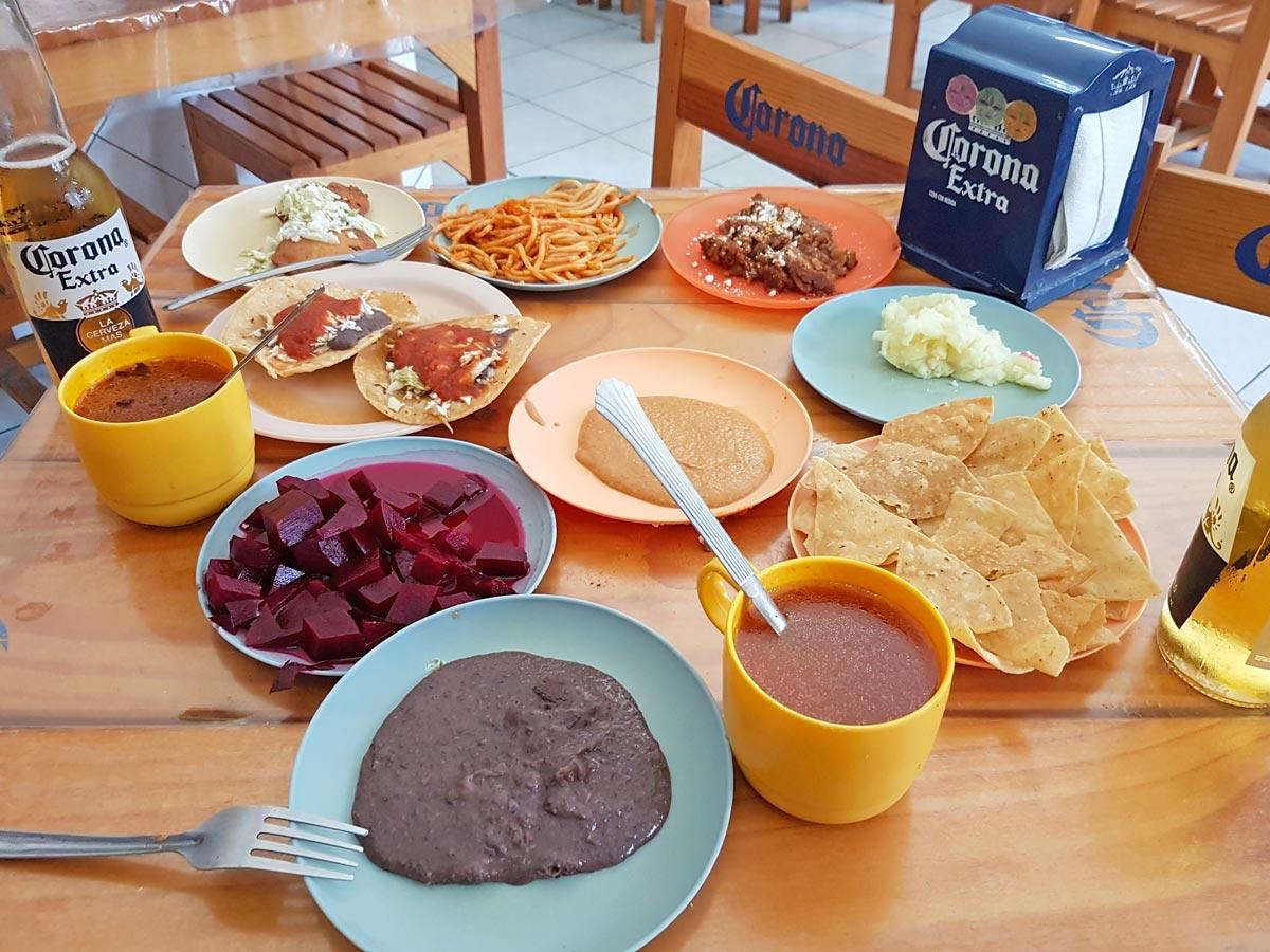 Ein gedeckter Tisch in einer Cantina in Mérida Mexiko