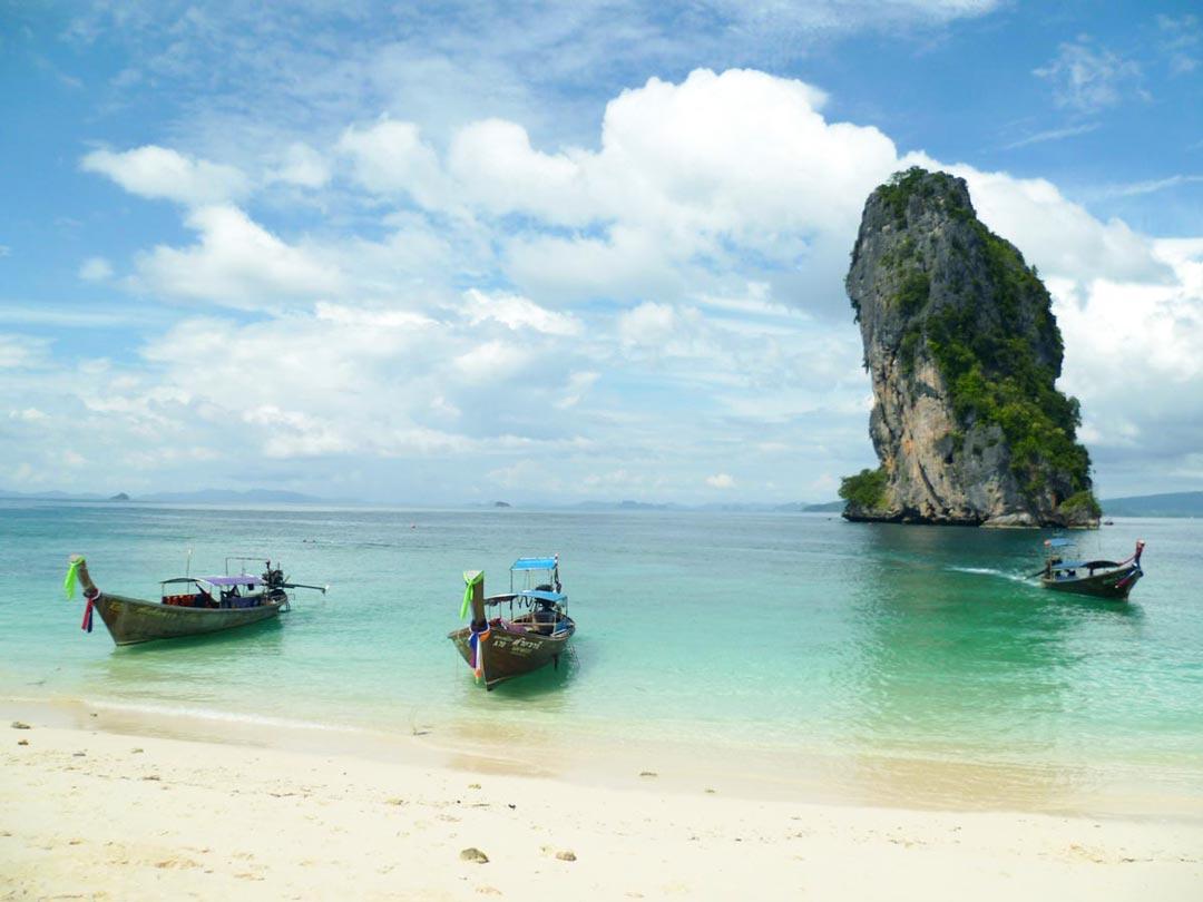 Klassisches Fortbewegungsmittel während deiner Thailand Rundreise sind unter anderem Longtailboote