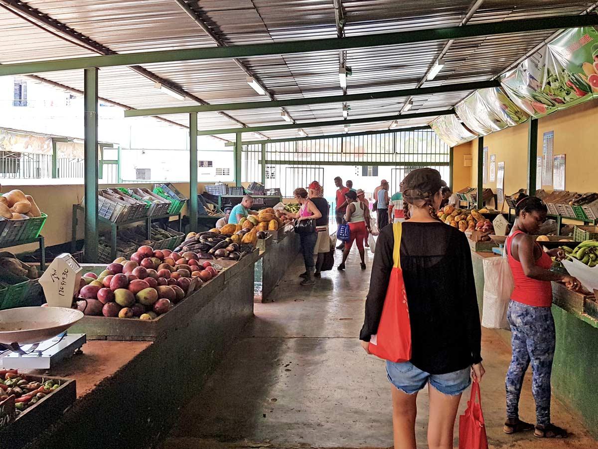 Ein einheimischer Markt mitten in Havanna in Kuba