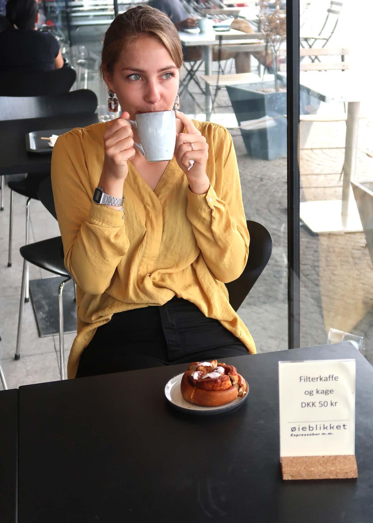 Linda im Café der königlichen Bibliothek