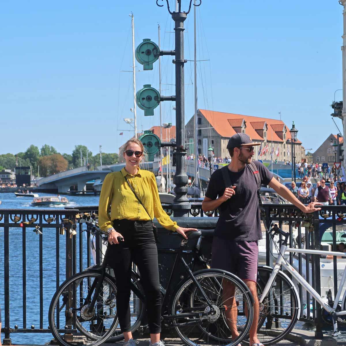 Linda mit Fahrrad am Nyhavn entlang der Kopenhagen Sehenswürdigkeiten