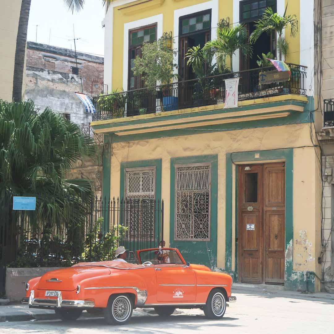 Bunte Oldtimer gehören zu dem Stadtbild von Havanna einfach dazu