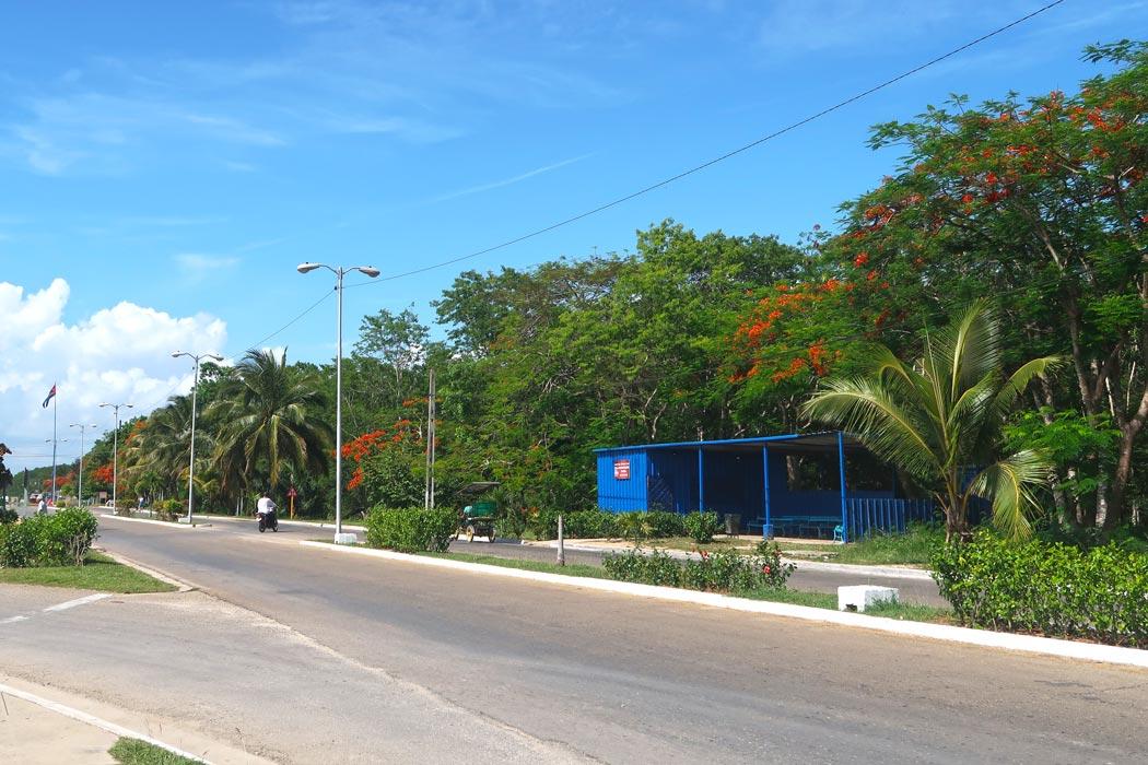 Die Bushaltestelle in Playa Larga