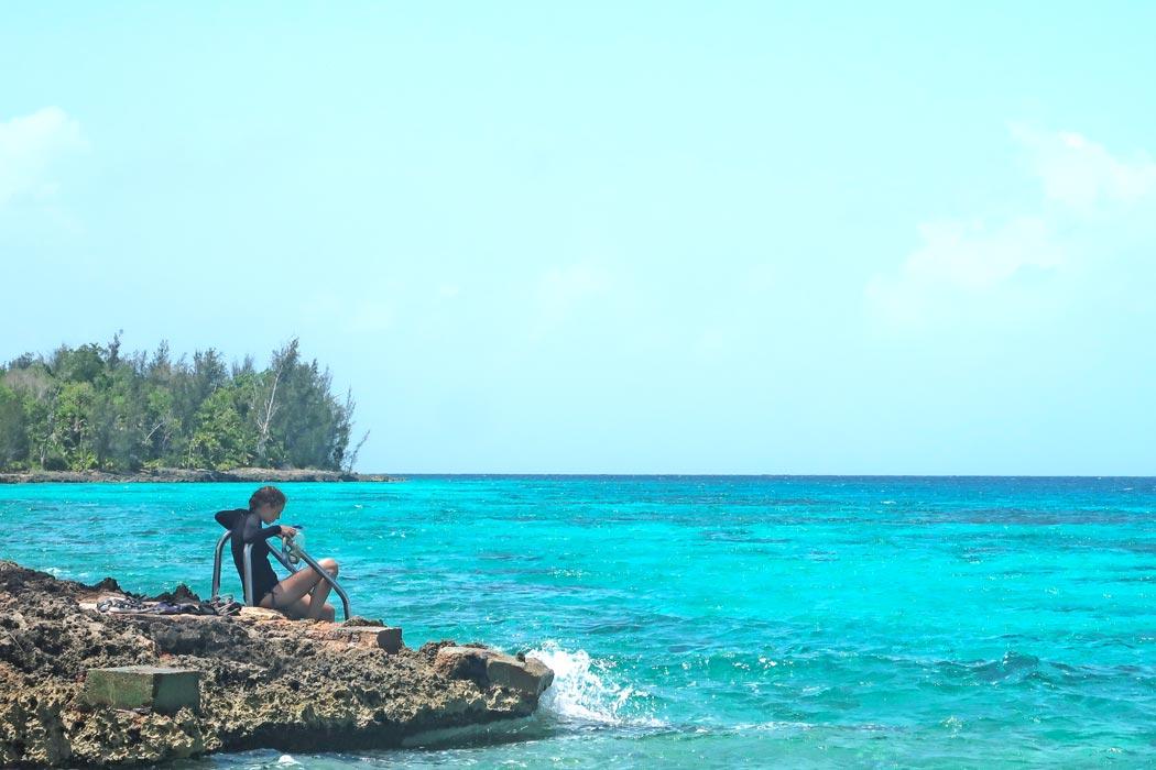 Eine Treppe erleichtert den Einstieg vom Steinstrand ins Karibische Meer (Kuba)