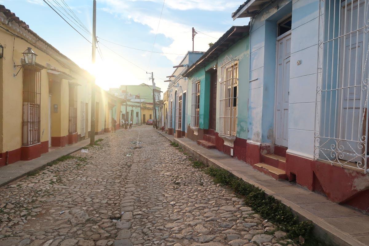 Bunte Häuser und kopfsteingepflasterte Straßen in Trinidad Kuba