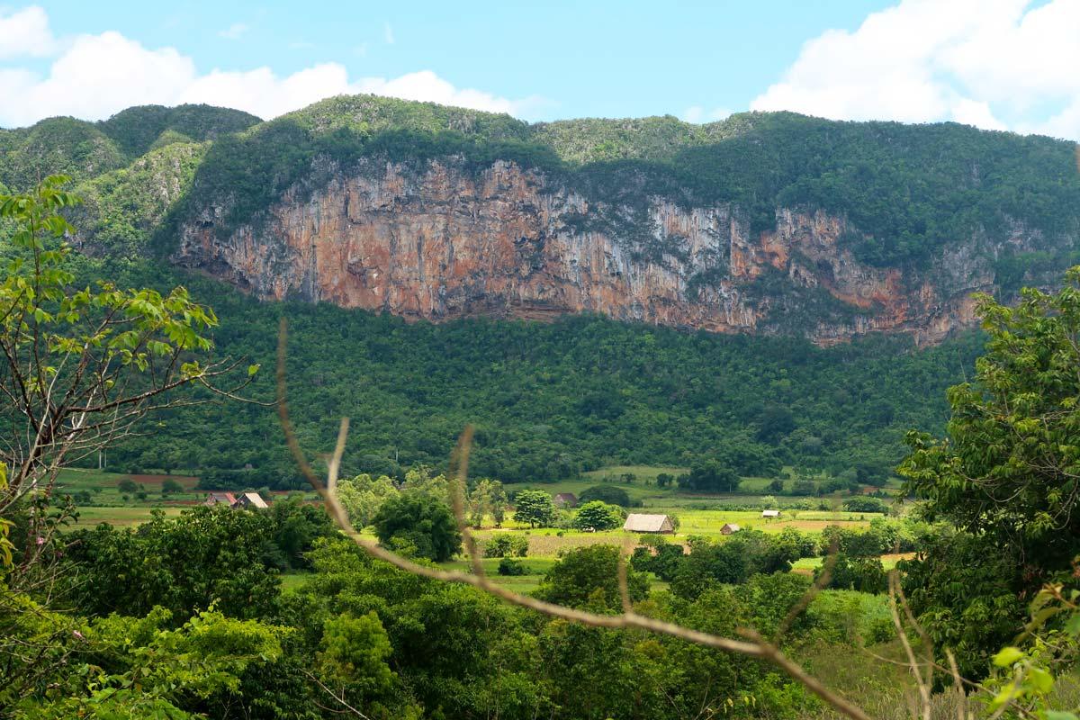 Kalkfelsen prägen die Landschaft im Viñales-Tal
