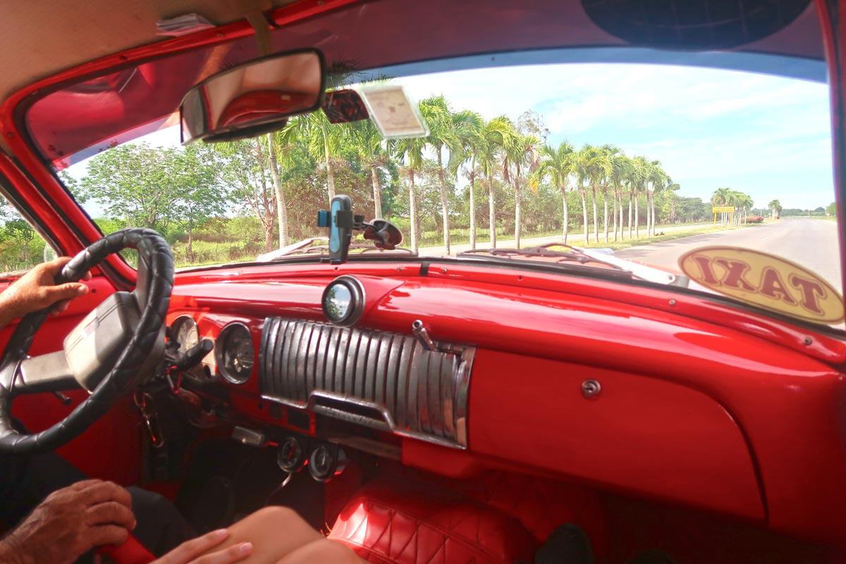 Der Innenraum eines Oldtimer aus den 1960er Jahren in Kuba