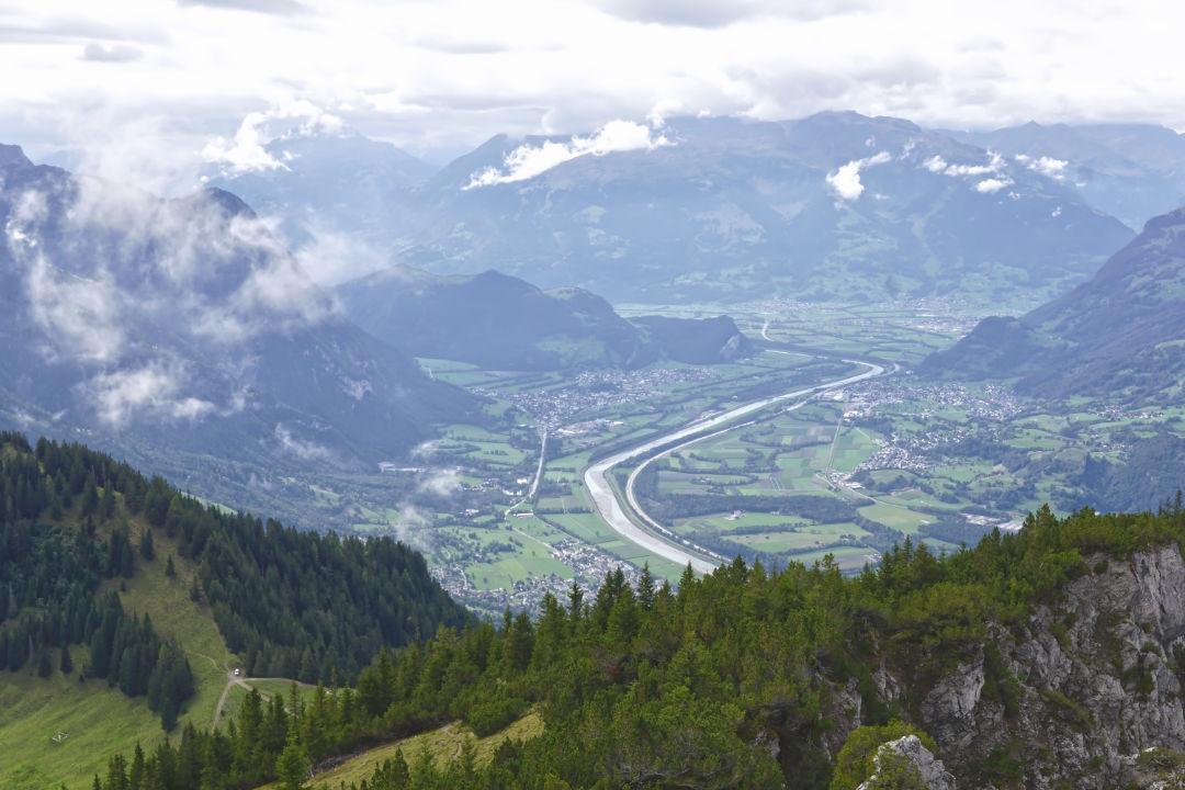Landschaftpanorama in Liechtenstein auf den Rhein