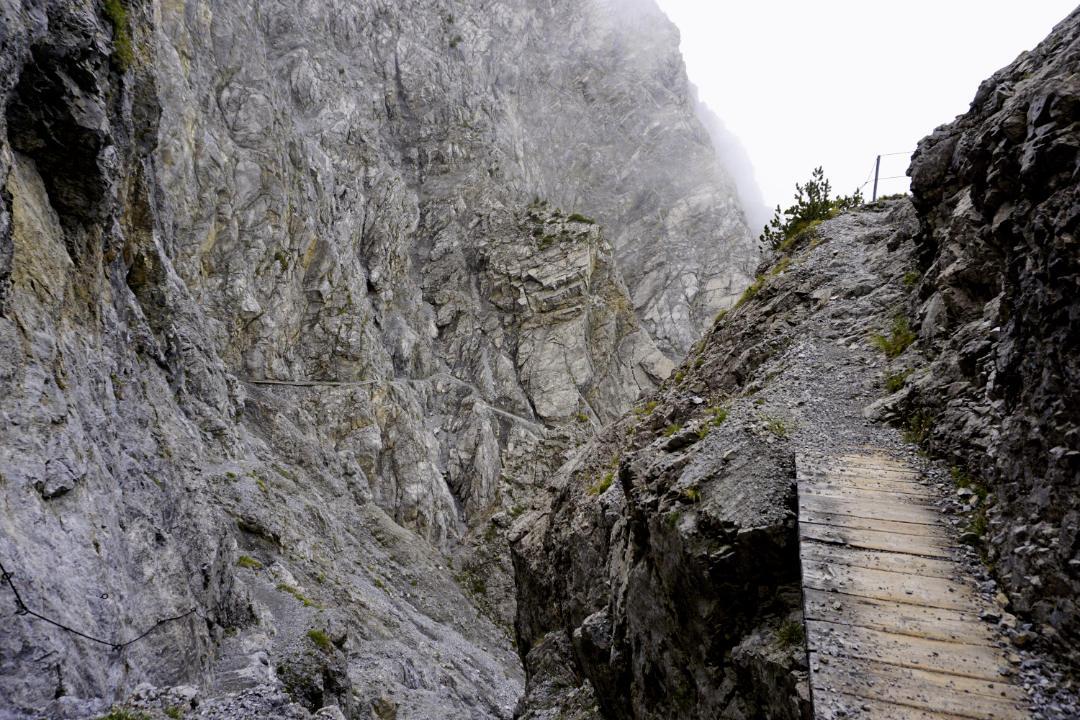 Schmaler Wanderpfad am Berghang
