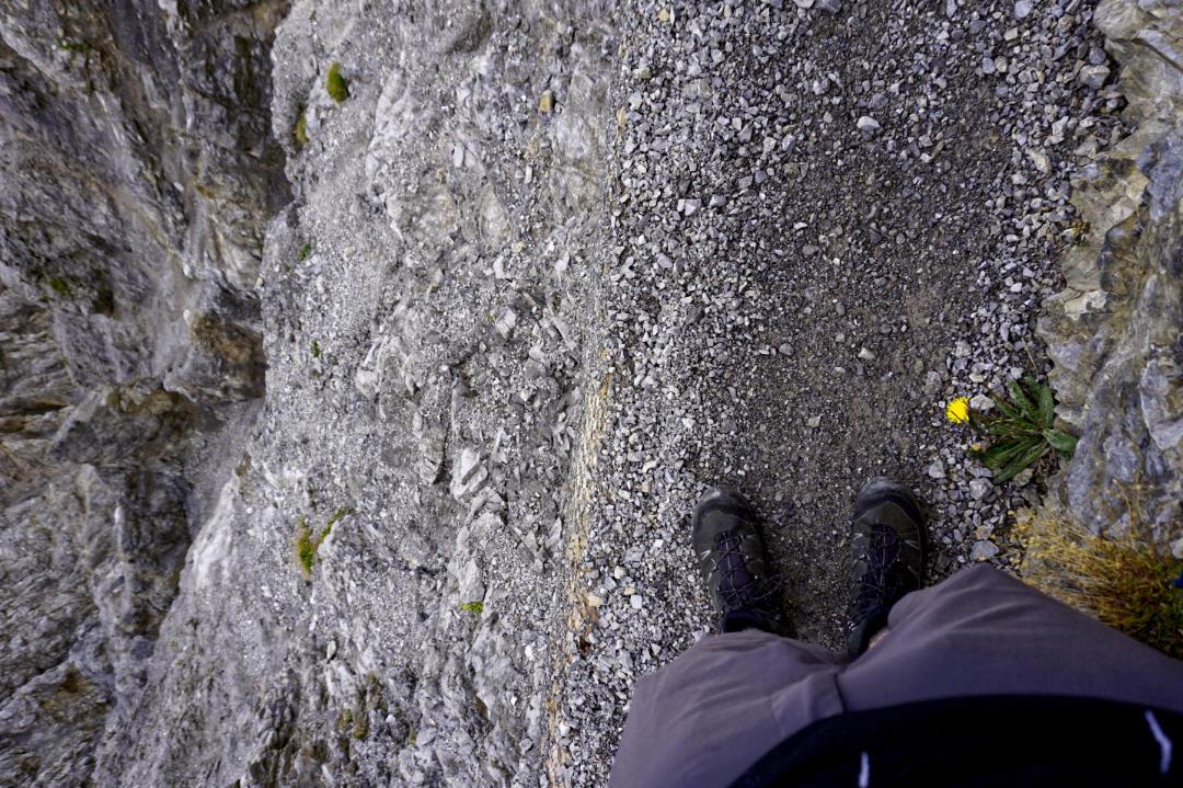 Wanderweg mit steilem Abhang bei der Fürstensteig Wanderung